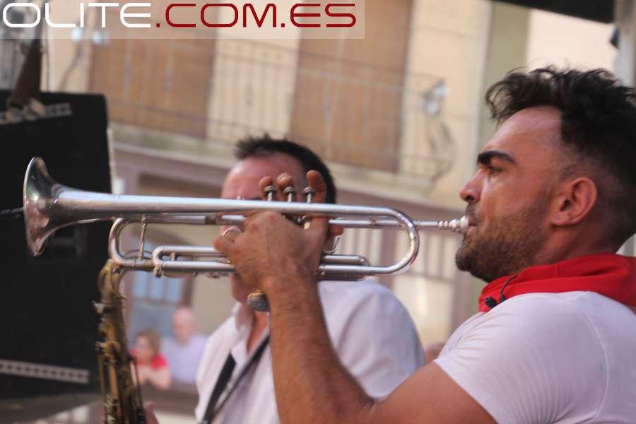 Olite.La orquesta Esencia  pone las Fiestas de Olite al reves