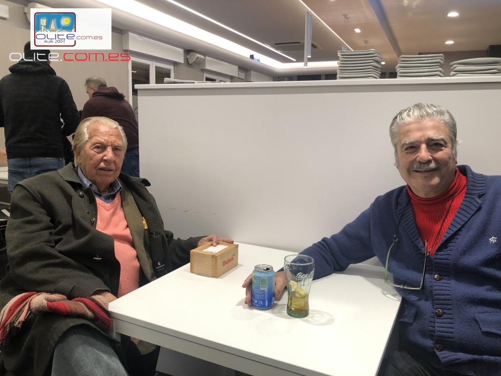 Olite.Maximo Valverde junto a Julio Ayesa tomaron un vino en los bares de Olite
