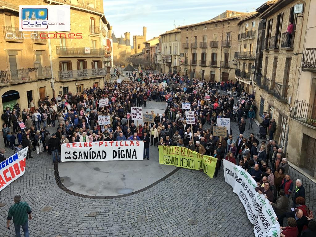 Olite.Cientos de vecinos se manifiestan esta tarde para protestar por los cambios en sanidad.