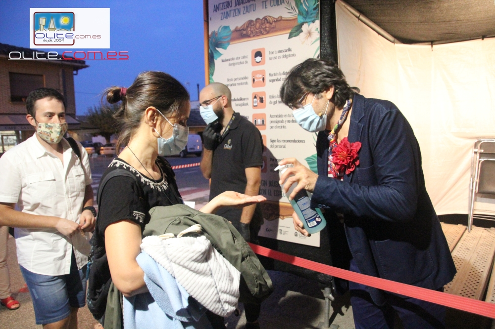 Olite.Carmelo Gomez recibe al público de una de las puertas, dandole el gel Hidroalcoholico.