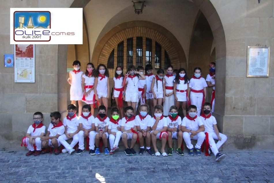 Olite.Los quintos del 2011 recibieron su pañuelo en las No Fiestas del Día del Niño