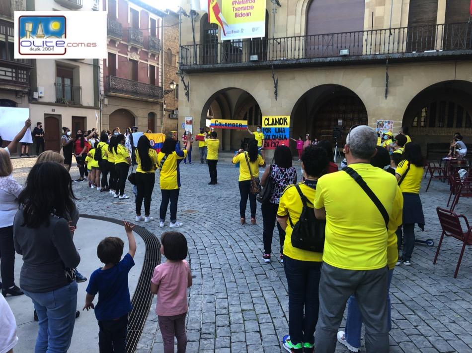 Olite.Concentracion en la Plaza por Colombia