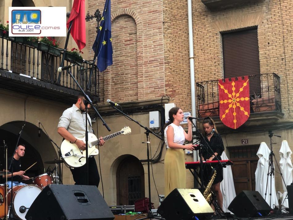 Olite.El grupo Ibil Bedi, de música en euskera,  amenizó la tarde del sábado