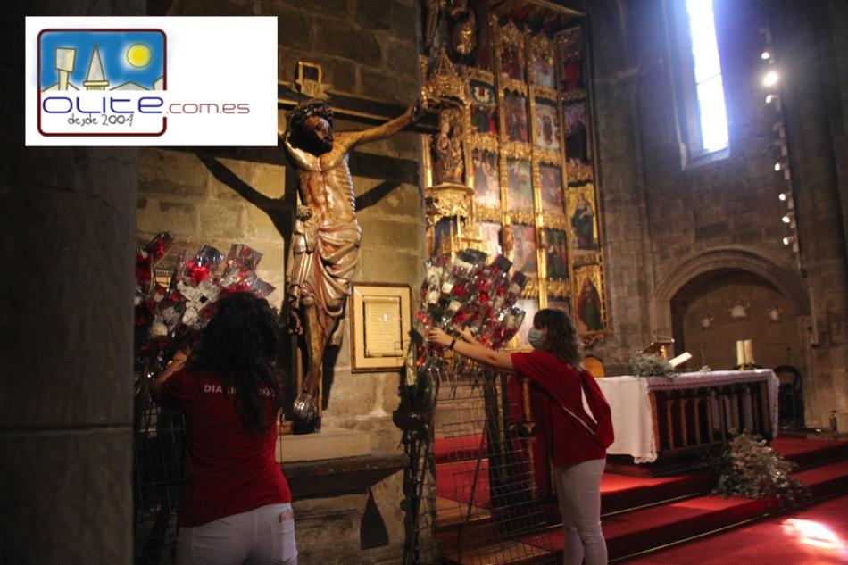 Olite.Los niños de Olite, realizan la ofrenda floral al Cristo de la Buena Muerte