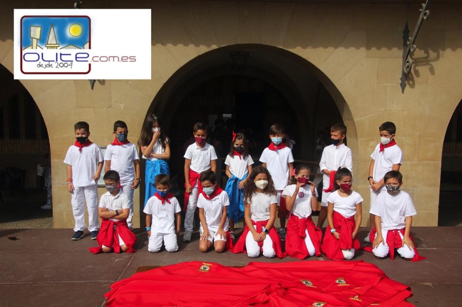 Olite.El Ayuntamiento Txiqui y los quintos de 2012, recibieron sus pañuelos de Honor
